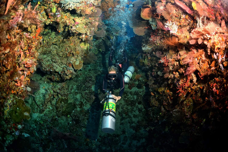"""Dive through the """"Split Rock"""" in Batue Belah divesite with Trawangan Dive"""